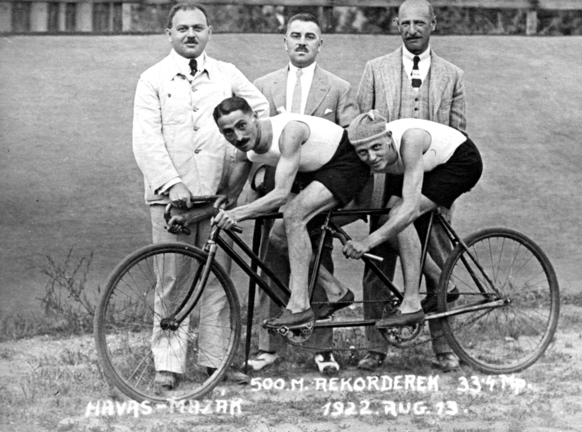 Az egykori neves magyar versenyzőkön is megfigyelhető a lábbeli specializálása...