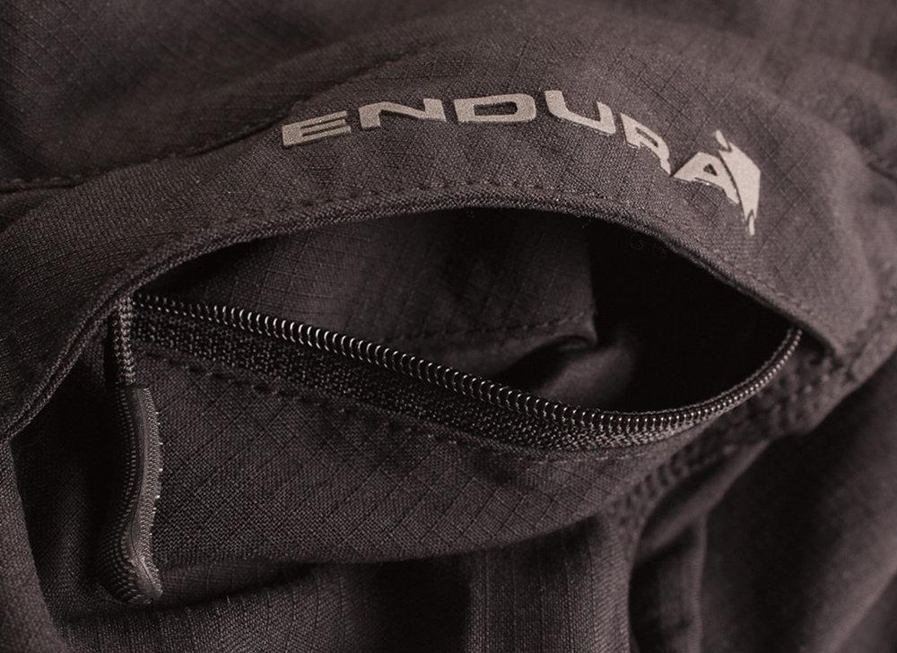 A figyelmesség számos részletmegoldásokban is megmutatkozik: a nadrág zsebei pontosan ott vannak, ahol a leghasznosabbak, a hasznos, vízhatlan térképzseb külön említést érdemel...