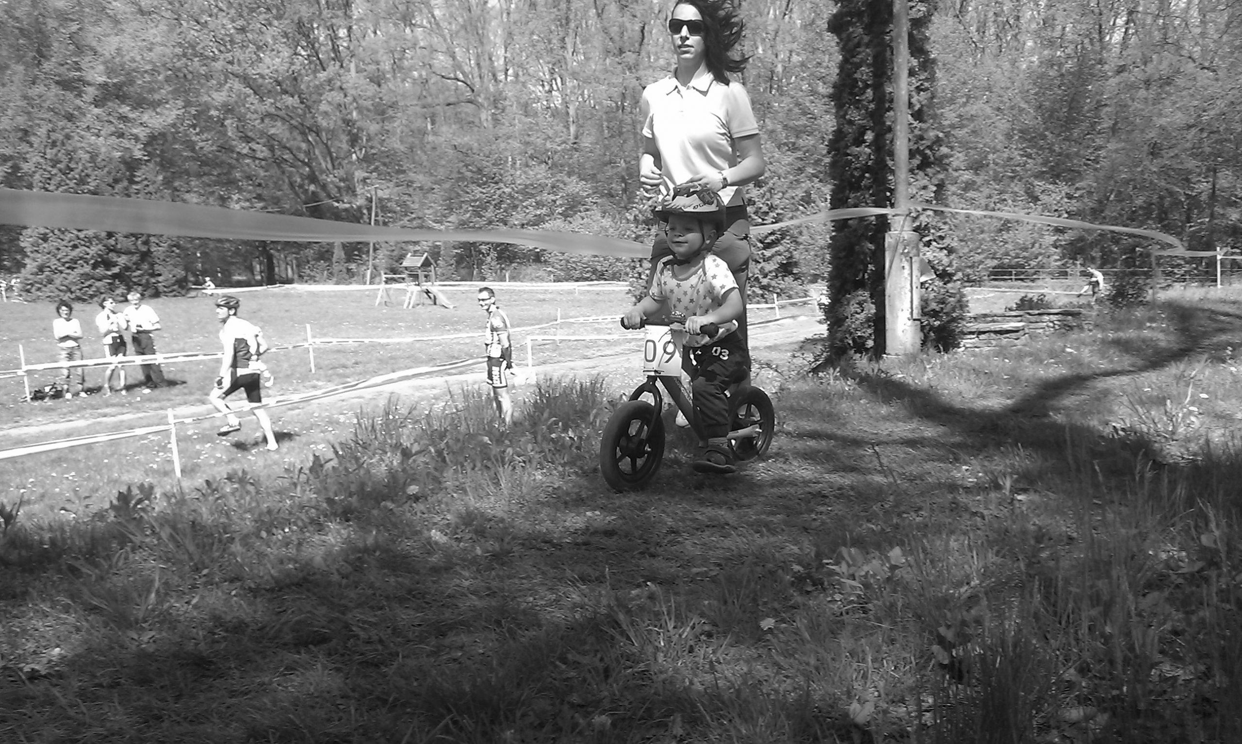 Anyuval az árnyékában elégedett mosoly a futóbringán