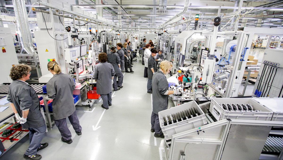 A miskolci modern gyárcsarnok: az egyik sor az e-bike motorokat állítja elő...