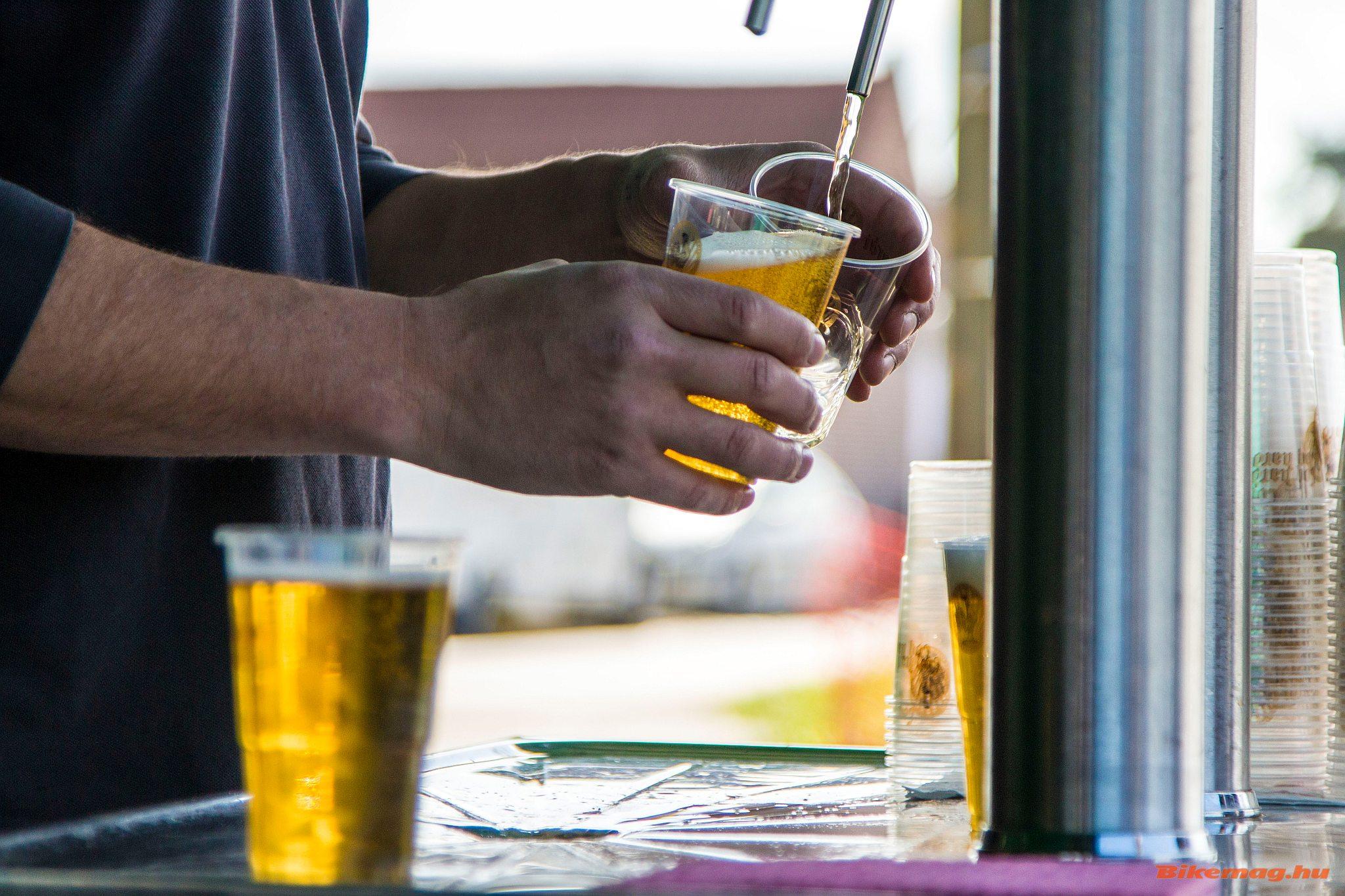 A szurkolás a kerékpársportban is egy pohár sörrel indul