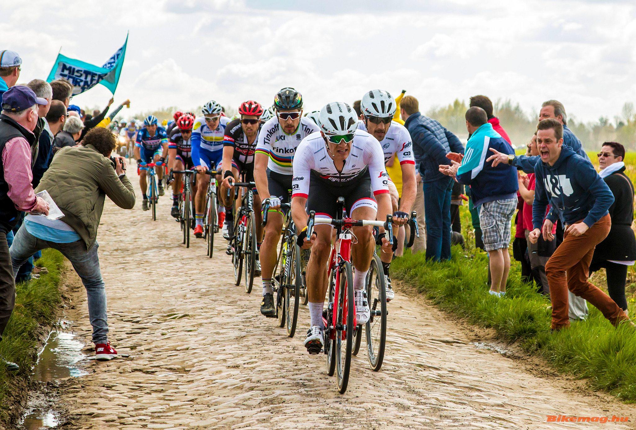 Mögöttük Stuyven hozza Cancellarát, akinek a kerekére végig tapadt a világbajnok Peter Sagan is