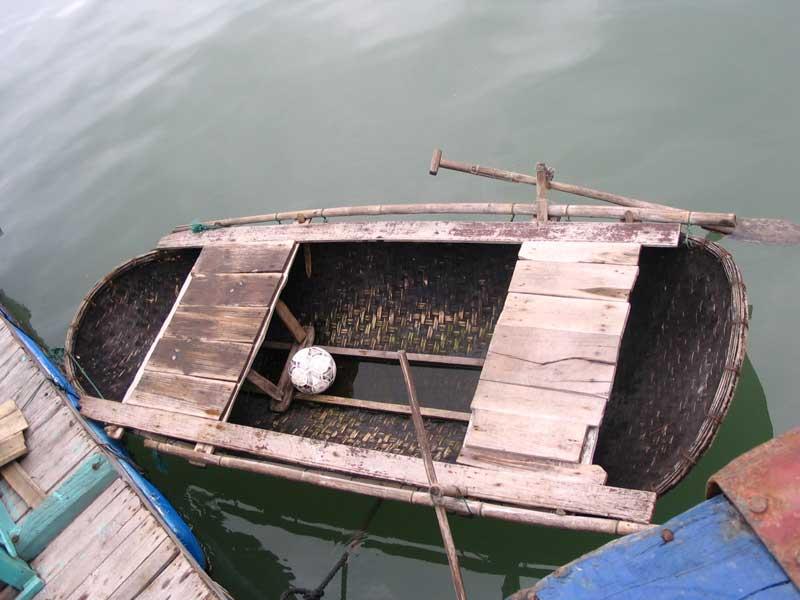 A kisméretű ladik érdekessége, hogy a palánkolás (bambuszhasíték) szövedék, melyet vízhatlanná tettek kátránnyal, így a csónaknak alig van súlya