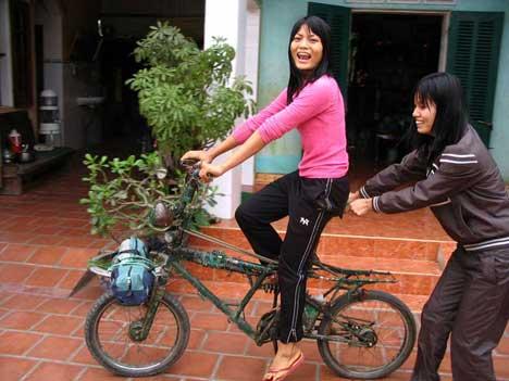 Bringatesztelést végeznek a lányok. Nekik már motorkerékpárjuk van, s igazán nem is értették miért kínlódok a bringával