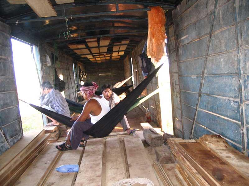 A tehervonatokon ingyenes az utazás. Az arcvonásokból látható, hogy Indokínában van jelentősége a kép jobb oldalán látható kígyópálinkának