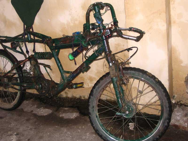 A kerékpár e felvételen szállításra előkészített állapotban látható. A kisebb utaknál nem hajtottam össze, amikor vonaton mentem