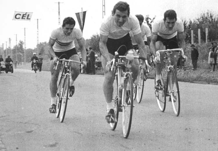 Elrajtol a 100 kilométeres időfutam csapat: (balról) Juhász Béla, Megyerdi Antal, takarásban Juszkó János és Mahó László