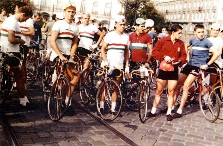 Rajthoz készülődik a magyar válogatott Bécs belvárosában a Bécs–Budapest verseny alkalmából (balról a harmadik Juszkó)
