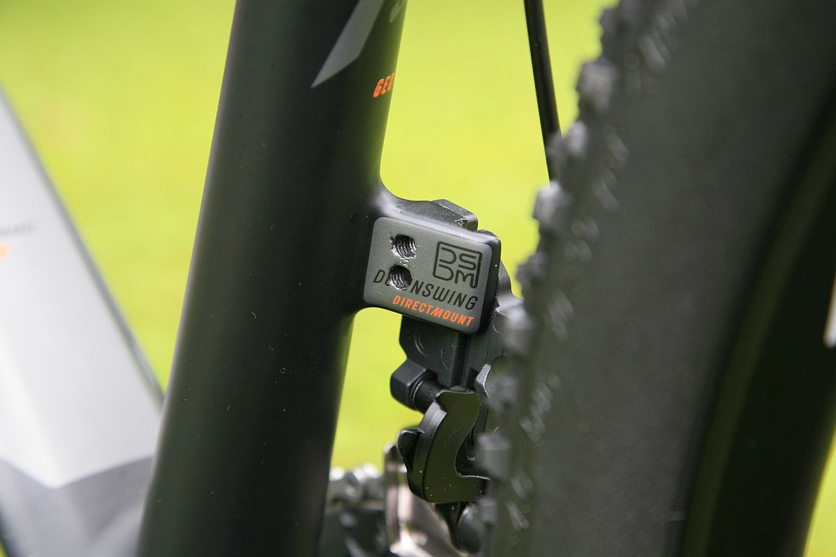"""Az új Myroon bringákon direct mount váltókonzolokat találunk elöl és hátul is. Elöl az előre tolt ülőcső miatt bőven marad így is hely a váz és a kerék között, de felveti a kérdést, hogy ragadós sárban hogyan gyűlik a trutyi, főleg, ha megnézzük a középrész kialakítást, ami szinte egy """"sárgyűjtő edényre"""" hasonlít. Az Alpokban csak folyós sár volt, ragadós nem, így problémánk nem adódott."""