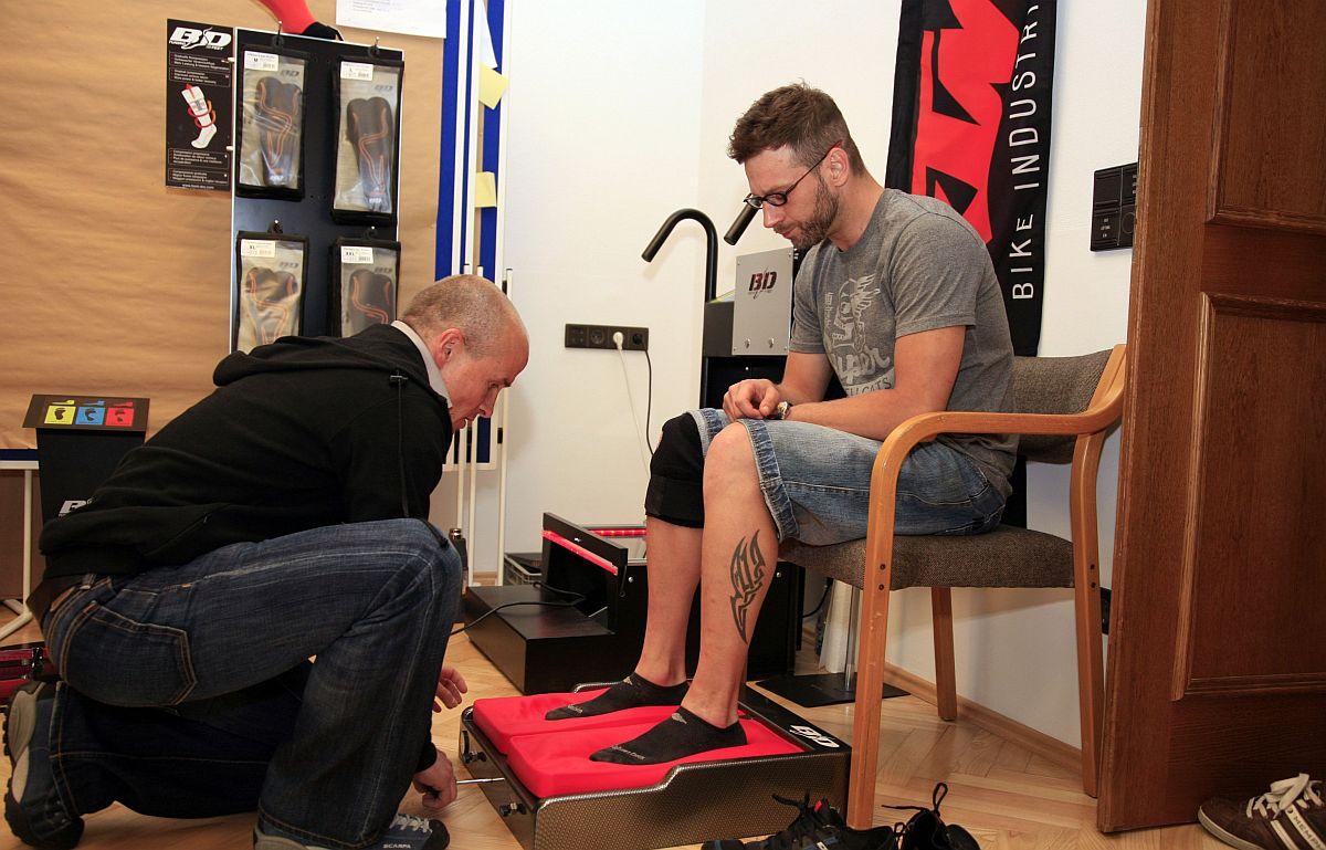 A KTM a kiegészítők terén is nyomul, a ruhák, sisakok, zoknik mellett cipő-kollekcióval is előálltak. A KTM kereskedőknél speciális eljárással alakítják talpunkhoz a betétet, amit rögtön le is tesztelhettünk a saját cipőnkben, és valóban kényelmesebb lett kicsit a lábbeli.
