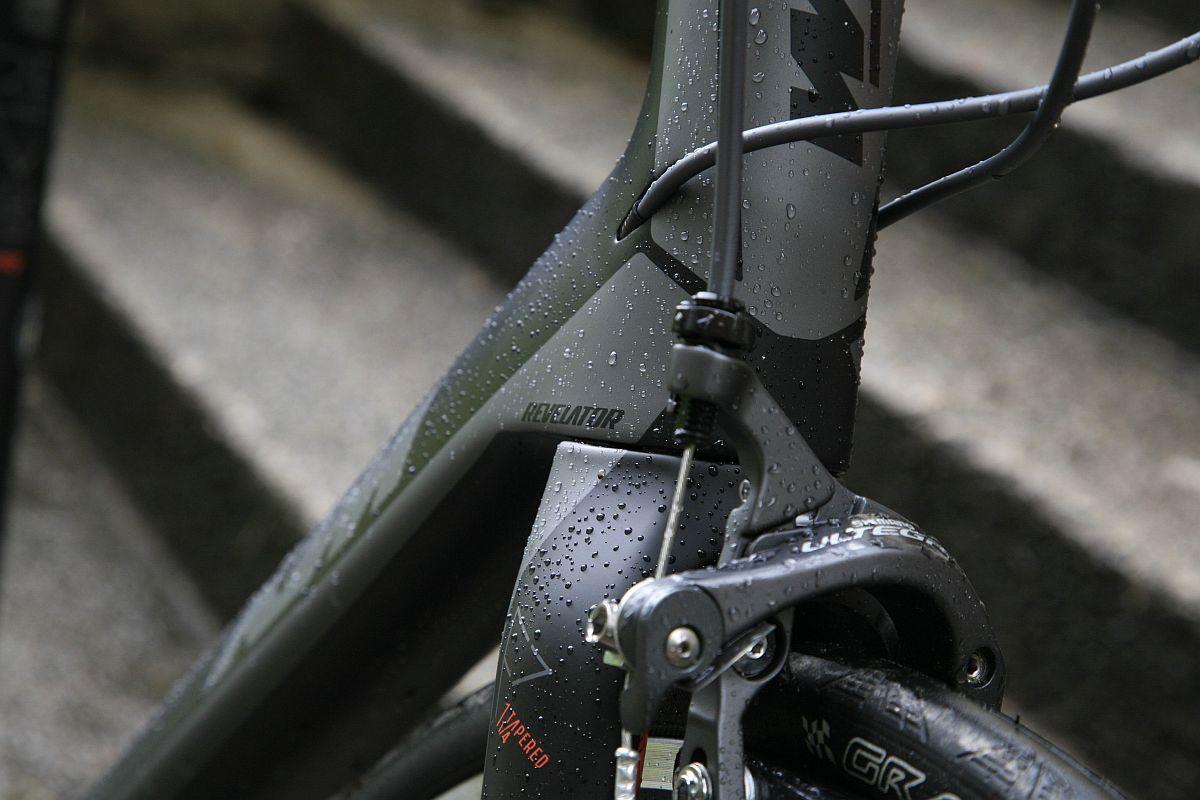 Persze a bringa vonalai is kecsesek, az egyhangú szürke a szürkében fényezést a KTM-narancs díszítések dobják fel.