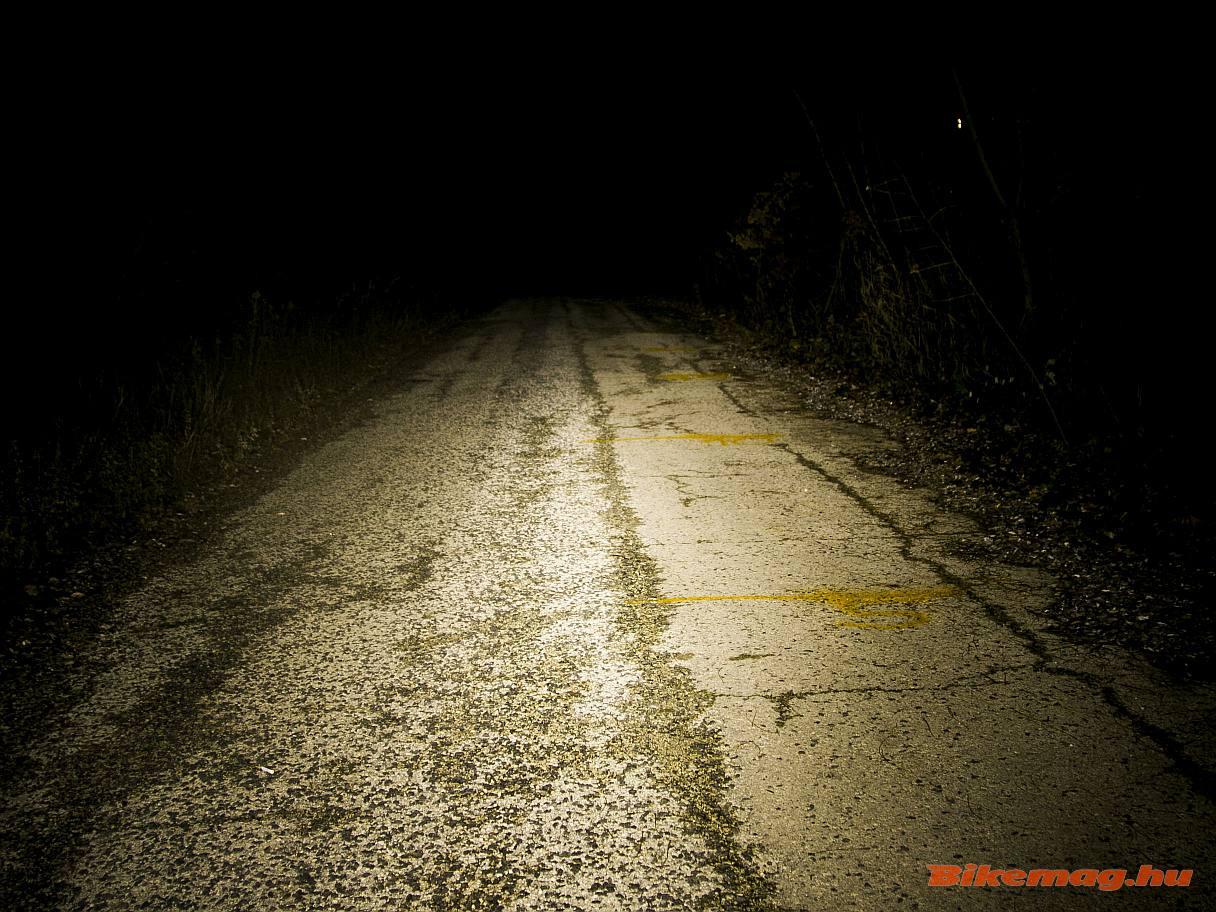 A Knog Blinder Road 400 első lámpa így teríti a fényt