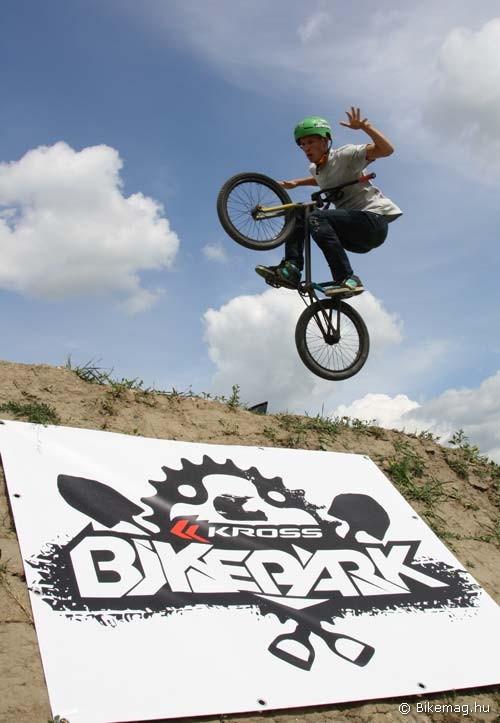 Kross-os gyárlátogatásunk első napjának programját a cég által szponzorált helyi bike park megnyitó rendezvénye képezte