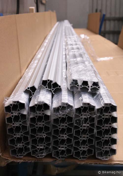 A felnigyártás kiinduló alapanyaga a saját tervezésű profillal rendelkező alumínium szálanyag