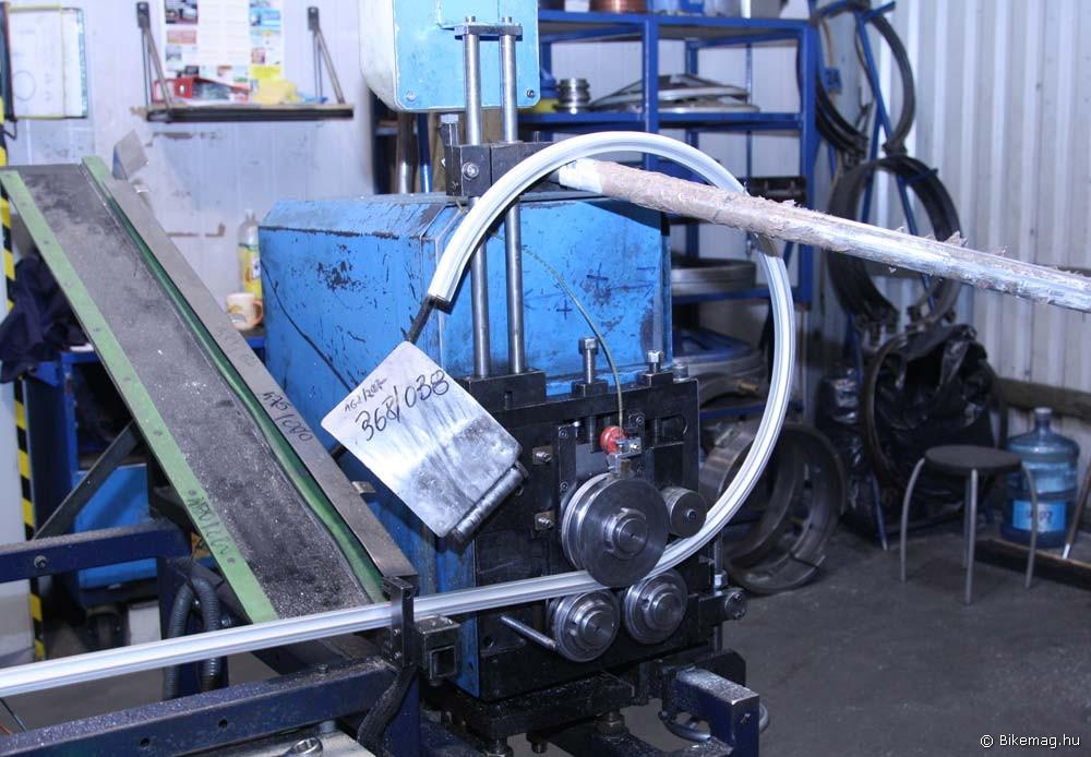Az első fázis a felnigyártásban: a szálanyagot megfelelő átmérőjű spirállá hajlítják…