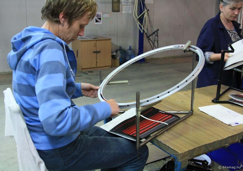 Végül felkerül a matrica, és irány a fűző/centrírozó részleg