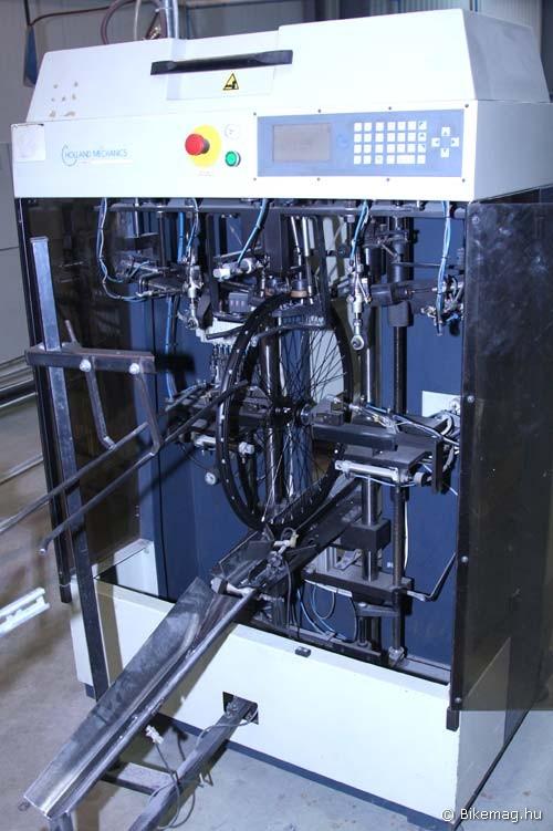Ez az a centrírozó gép, amit a gyártó Holland Mechanics Eurobike-os standján sohasem engedtek fényképezni – sebaj, most sikerült