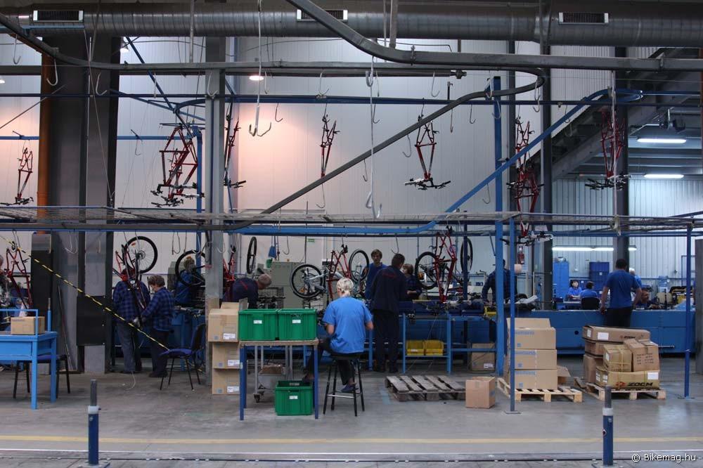 Így néz ki egy gyártósor, ahol a Kross bringákat készre szerelik
