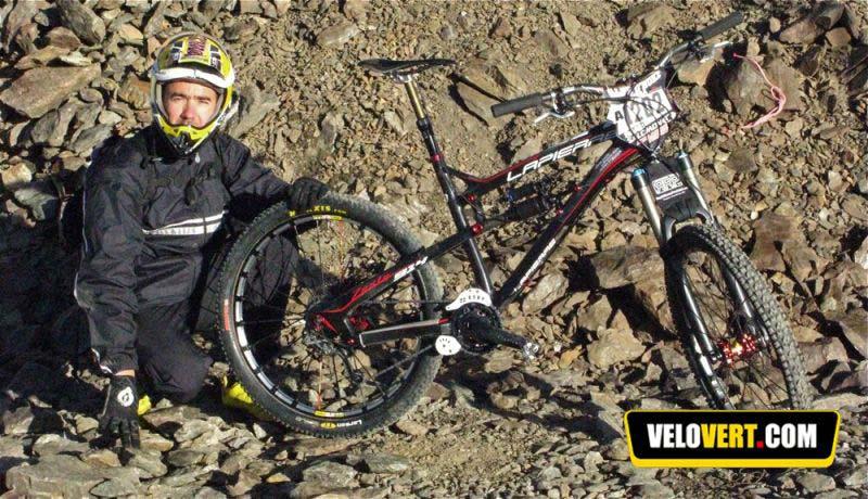 Nicolas Vouilloz és a Megavalanche-ra felkészített 11 kiló alatti karbon Zesty-je