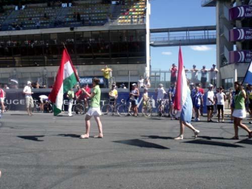 Le Mans, 2010 - Káldy Attila tiszteletére viszik a magyar zászlót