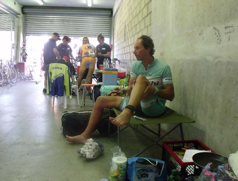 A bokszokban a körülmények spártaiak – de arra a pár perc pihenőre, amire verseny közben lehetőség van, bőven megfelelnek