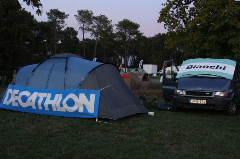 A Bianchi Club Cycling Team táborhelye a pálya mellett