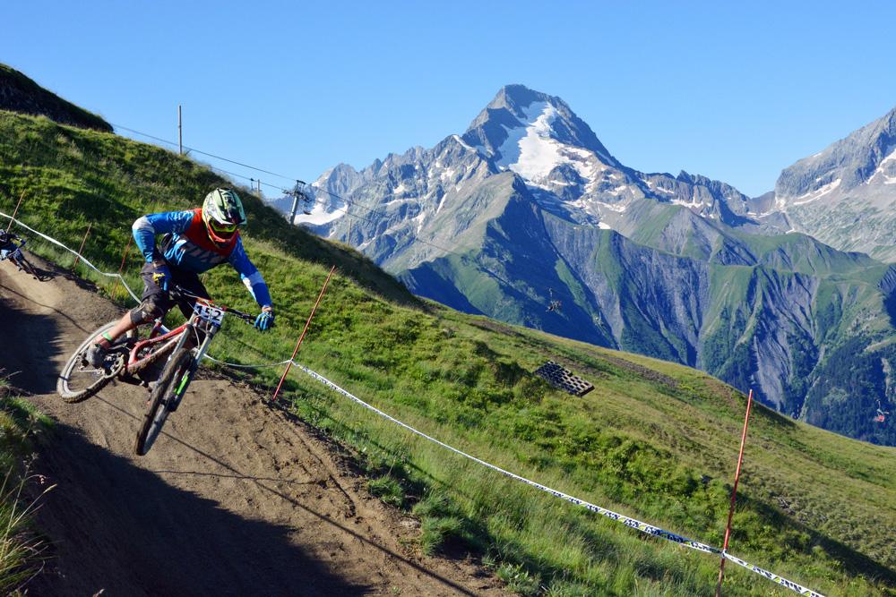 Lenyűgöző környezet a Downhill Európa Kupa ötödik állomásán, a franciaországi Les 2 Alpes-ban.