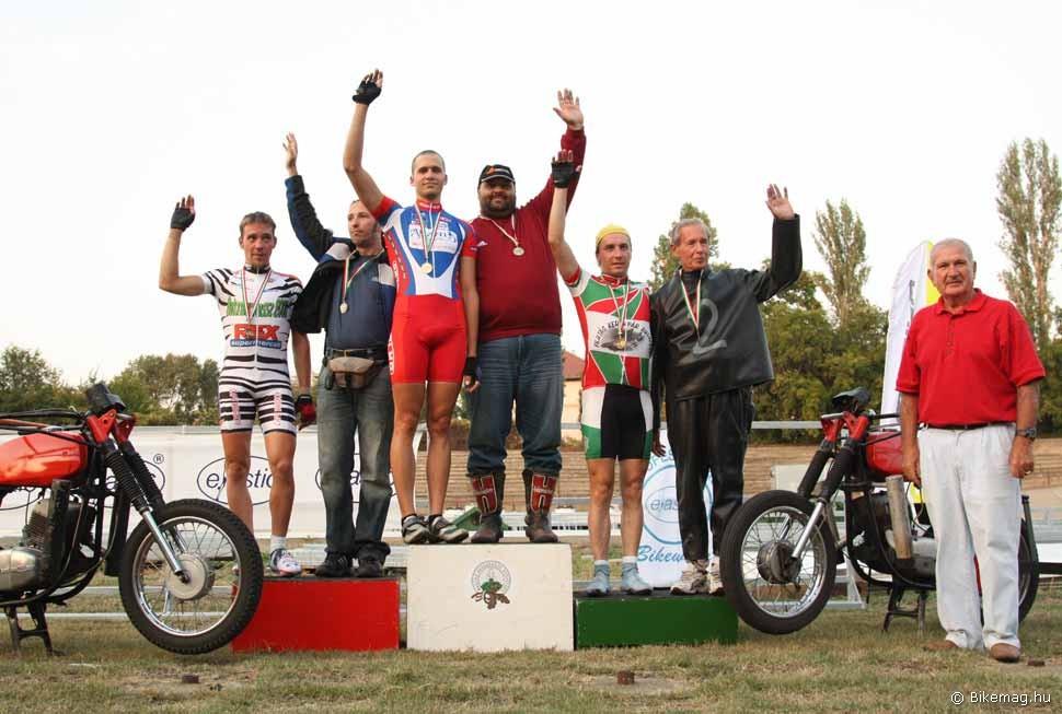 A 2009-es motorvezetéses bajnokság dobogósai a díjátadó Dömötör Sándorral