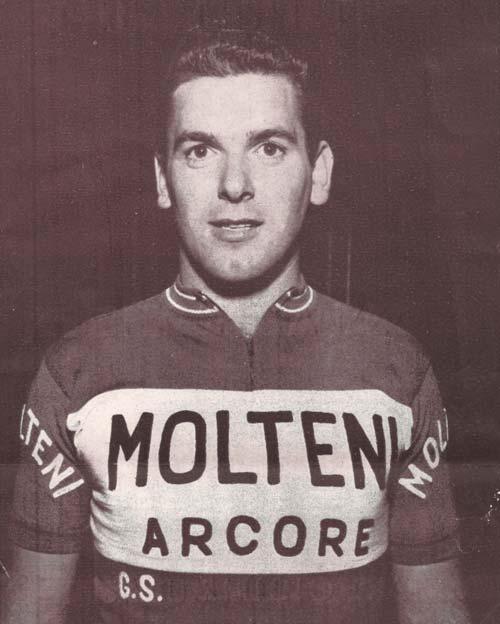 """Fénykép egy kurta közleményhez, mely egy helyi újság képes kalendáriumában jelent meg, 1960-ban. """"Trentino sportbarátai kívánják, hogy az amatőr pályafutása során mutatott sporterényei elkísérjék profi pályafutása alatt is."""""""