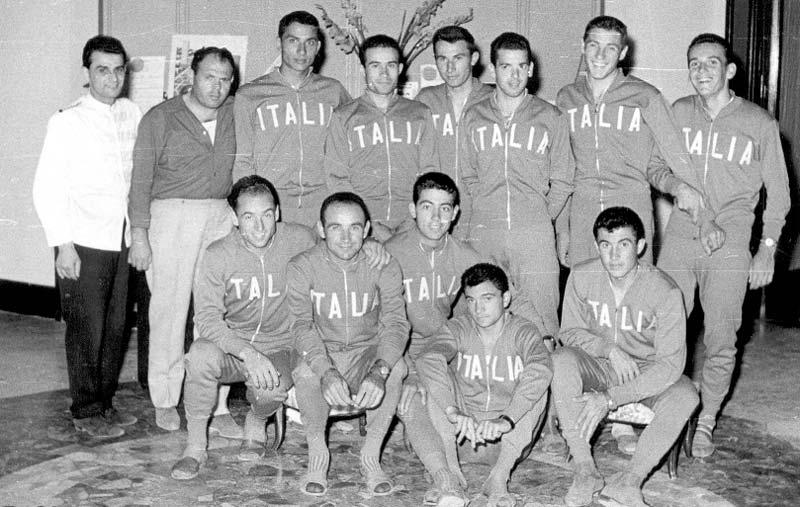 Olasz amatőr válogatott, téli edzőtáborban. Bal szélen a szakács, mellette a gyúró. Törtmárvány padló és pár szál kardvirág, amit elfelejtettek a kép készítésekor letenni a földre. Az állók között jobbról a harmadik Mario Bampi…