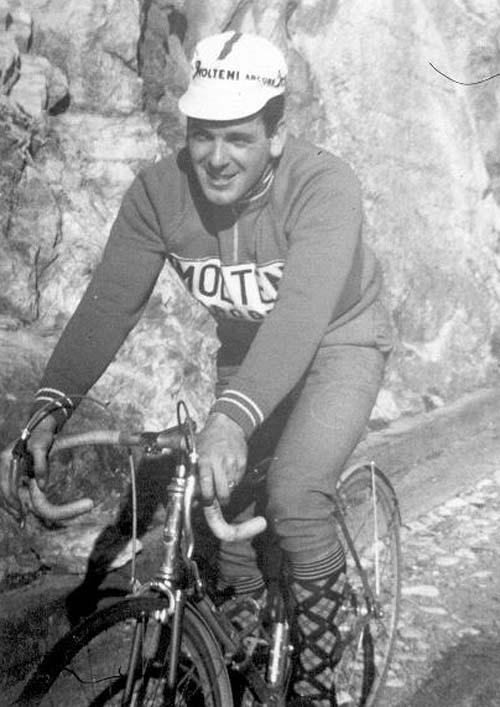 A Molteni színeiben, biciklis bridzseszben, olyan zokniban, amilyet manapság már ritkán viselnek profi kerékpárosok. Az első sárvédő már a hosszú fék alatt sem fért át, le kellett vágni, első fék a jobb oldali karra kötve, Köves-kavicsos út, napfény. A képen látható pumpát a Silca gyár ötven évig, változtatás nélkül gyártotta