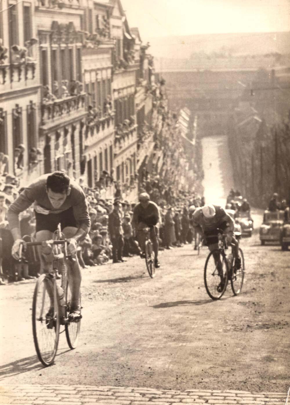 Békeverseny, 1959, Meerane, NDK - a híres meredek fal, a Steile Wand. A későbbi Szász Körversenyek helyszínéül is szolgáló legendás emelkedőn küzd Mario Bampi. A helyszín a korabeli magyar kerekesek számára sem ismeretlen…****