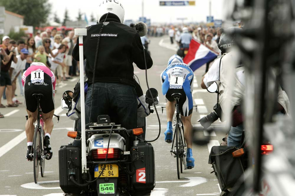 Ullrich vs. Armstrong, Tour de France 2005: CANON-EOS 1D Mark II, 200 mm, ISO400, f/8, 1/500s