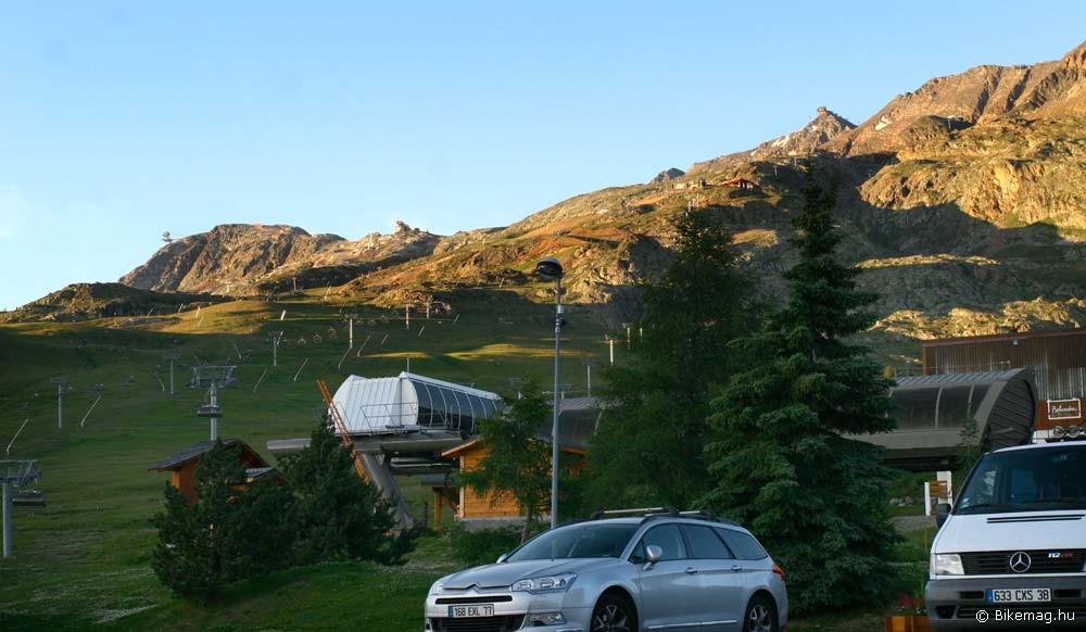 A szállónk elöl látszott balra a kvalifikáció felvonója, középen a bringapark felvonója, balra fent pedig a gleccser ház, 3350 m-en