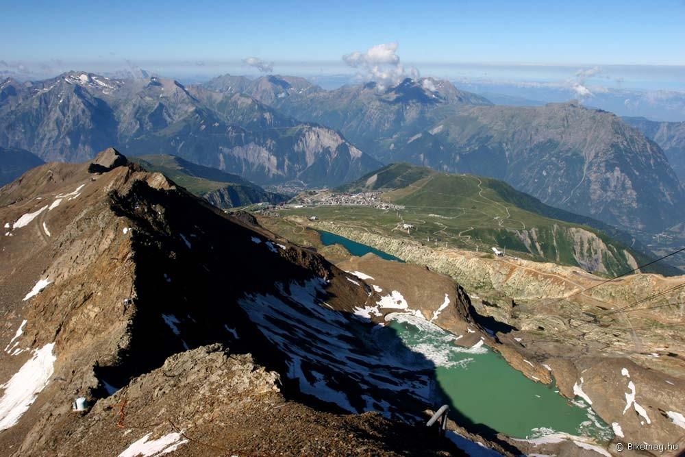 Az 1800 m-en lévő szállónk, meg Alp d'Huez a gleccserről