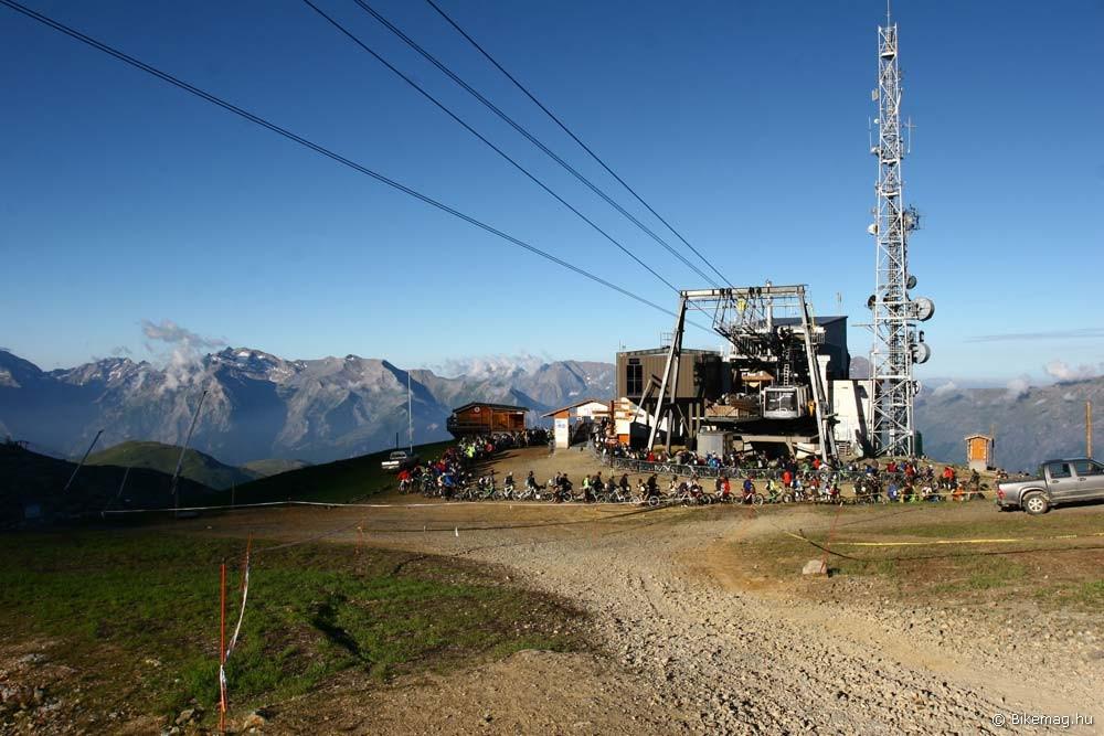 Nincs is jobb, mint fél hétkor másfél órát sorban állni téli hidegben, 2700 méteren
