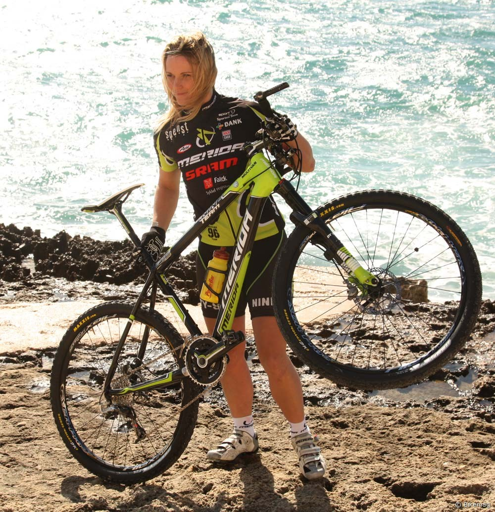 Akinek a bicikli önmagában nem elég annak speciális kerékpárállványokat is biztosított a Merida. A 2011-es O.Nine ezúttal a norvég szponzorált Linda Larsen kezében látható