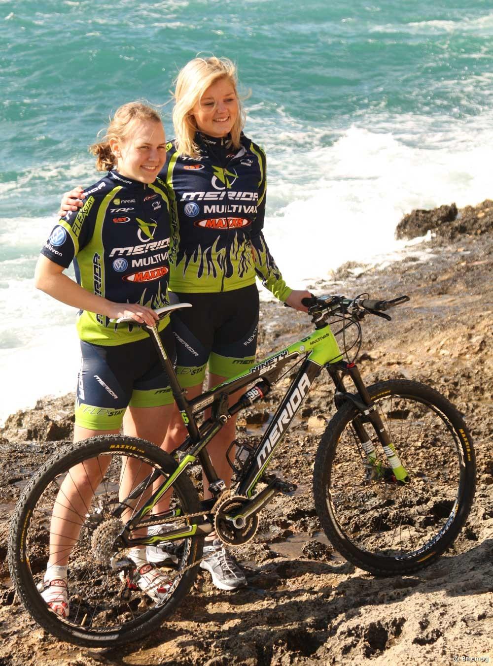 Csinos kerékpárállványok sorozatunk keretein belül ezúttal két svéd szponzorált, a kimondhatatlan nevű Kajsa Snihs és a hamiskás mosolyú, hírtelenszőke Josefine Grimbeck nyújtja a hátteret a 2011-es Ninety-Six-nek