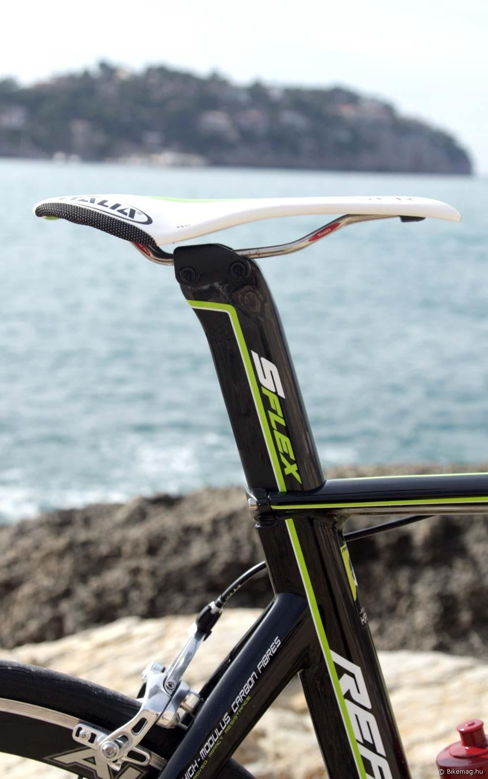 Merida Reacto Team 2012 kerékpárteszt: karakteres látványelem az aerodinamikus nyeregcső, melyen folytatódik a váz grafikája