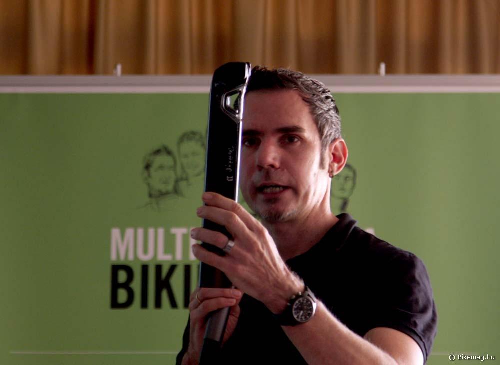 Merida Reacto Team 2012 kerékpárteszt: Jürgen Falke főmérnök a nyeregcső egyik prototípusával