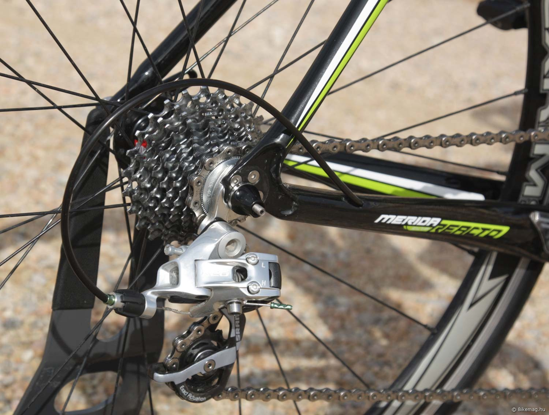 Merida Reacto Team 2012 kerékpárteszt: minden bowden rejtve fut, a csavarral rögzített támvillaszárak pedig szerencsére már rég a múlt ködébe vesztek
