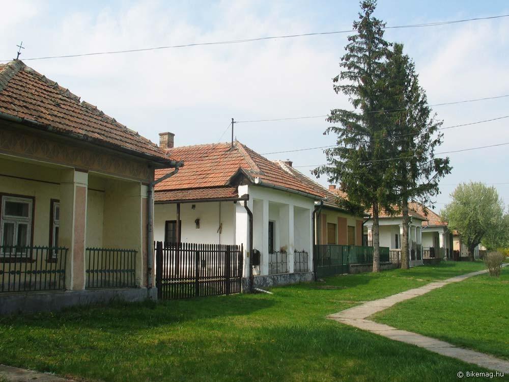 …hasonló házakból összeálló rendezett utcakép ugyanitt