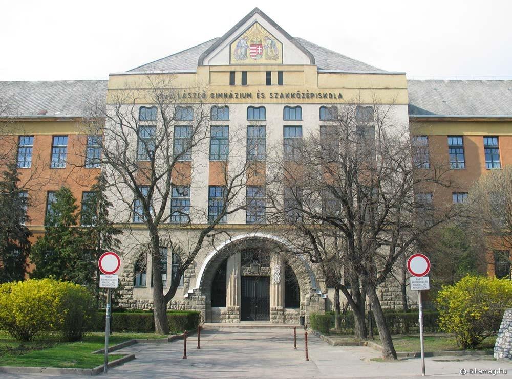 A mezőkövesdi Szent László Gimnázium 1914-ben elkészült épülete népies stílusjegyeket hordoz, és egyes források szerint Lechner Ödön tervei alapján épült