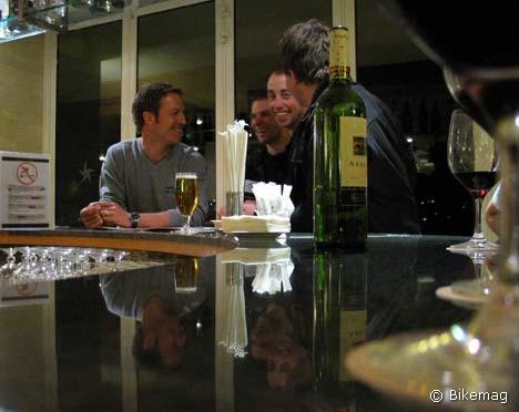 A csapatbemutató és team fotózás estéjén Ralph Näf és csapattársai a hotel bárjában lazultak egy kicsit – persze a mi poharunk sem volt üres…