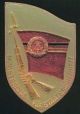 10 hónapig a Stasi jelképét kellett címernek tekintenie