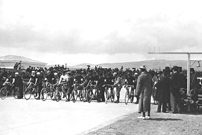 Rajtol az 1896-os olimpia 100 kilométeres országúti futamának mezőnye
