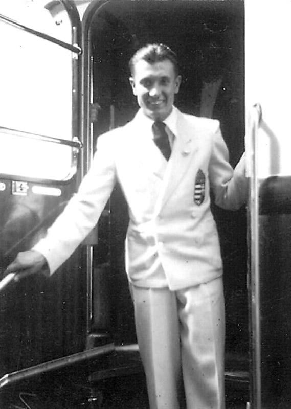 Orczán László olimpiai formaruhában az 1936-os olimpiára indul a Keleti pályaudvarról