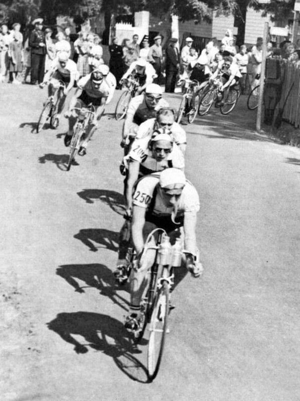 Schillerwein István (legelöl) az 1952-es olimpia országúti mezőnyversenyén