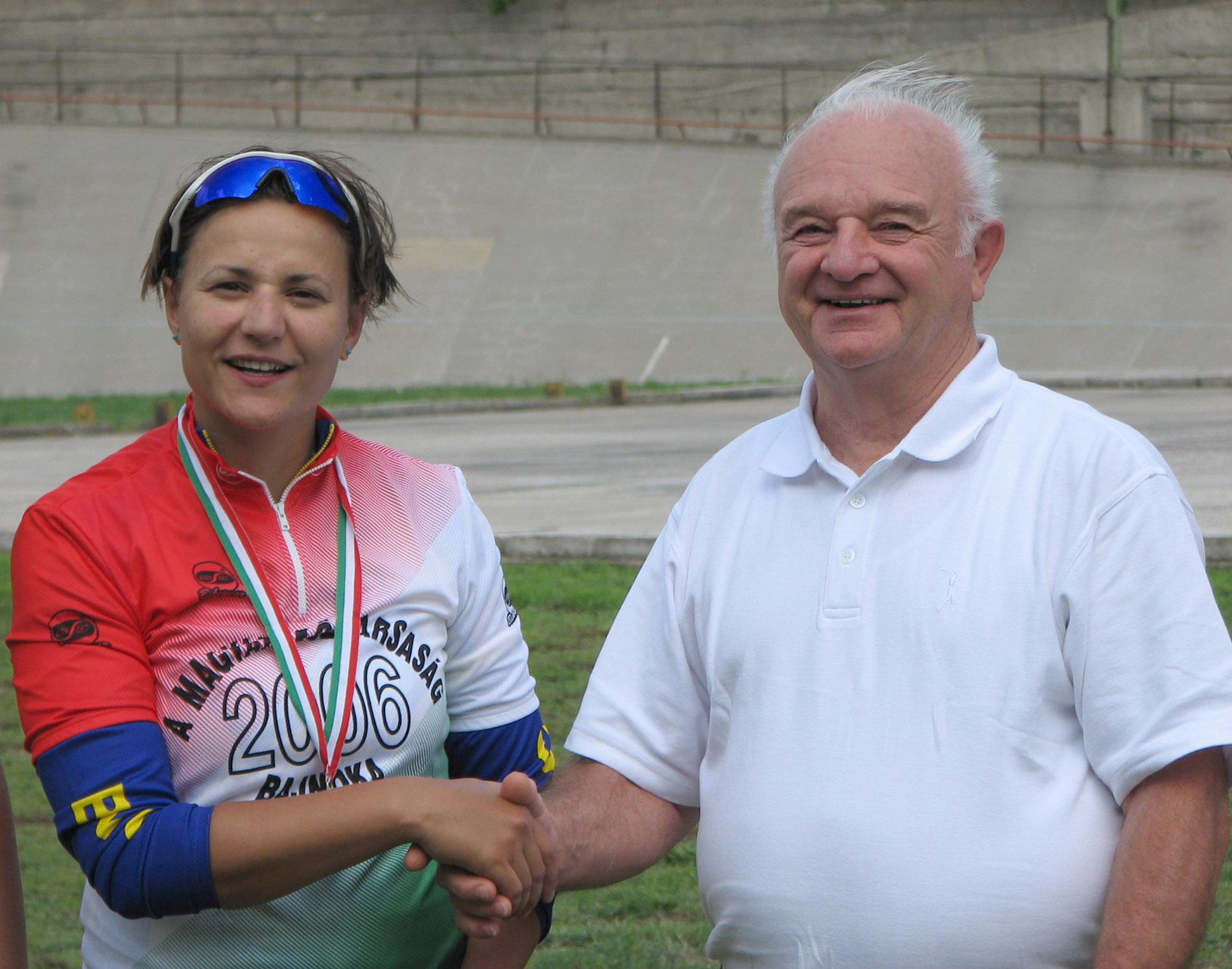 Ifj. Szekeres Béla, Helsinki 6. helyezettje a 2006-os Pálya OB-n Szabolcsi Szilvia olimpiai ötödik helyezettnek adja át a bajnoki mezt és érmet