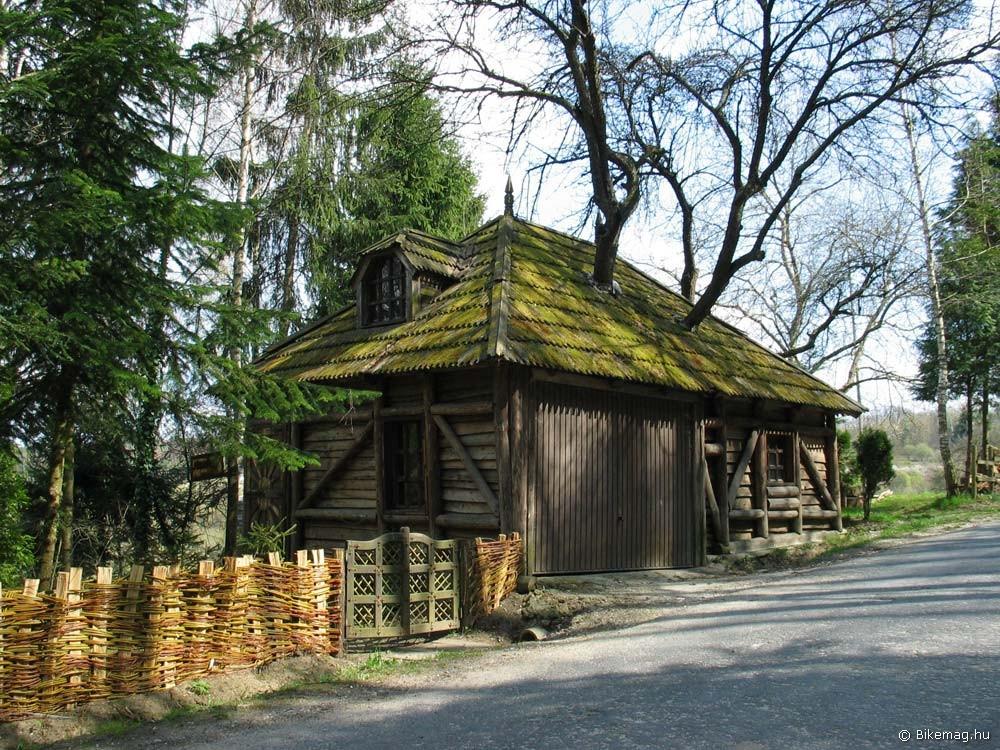 … a házakból olykor fák nőnek ki, a Hörmann garázskapuról pedig kiderül, hogy passzol a tradicionális népi építészethez is